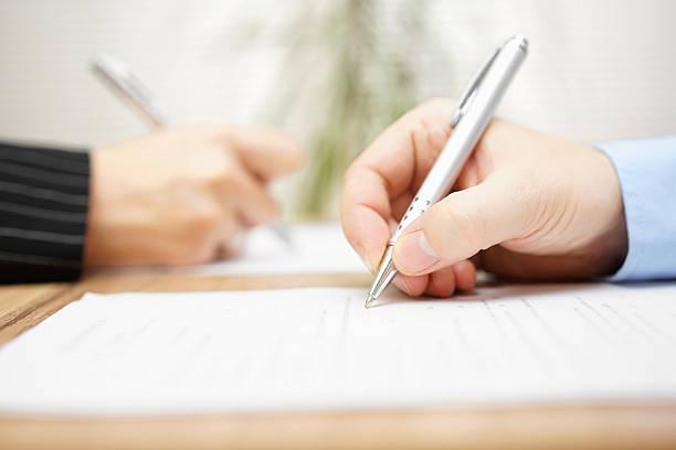 Mann und Frau Schreiben auf Papier – Foto