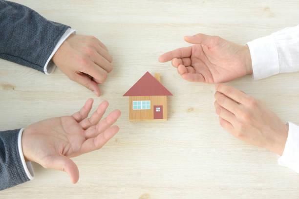 男と女の手の住宅問題について話して - 商品 ストックフォトと画像