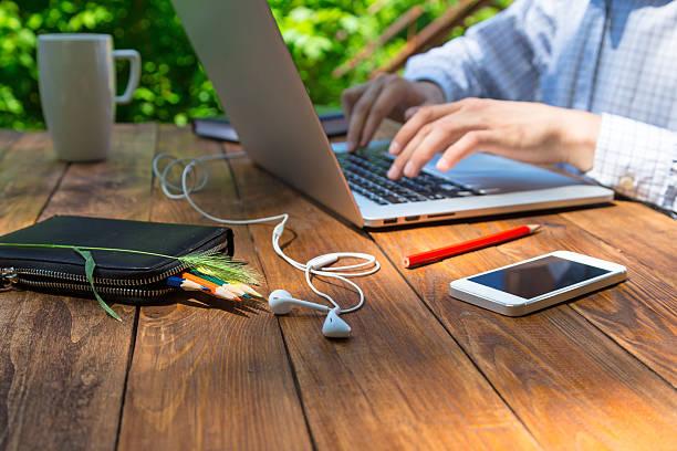 Mann Arme Tippen auf der Tastatur in natürlichen Hartholz Schreibtisch – Foto