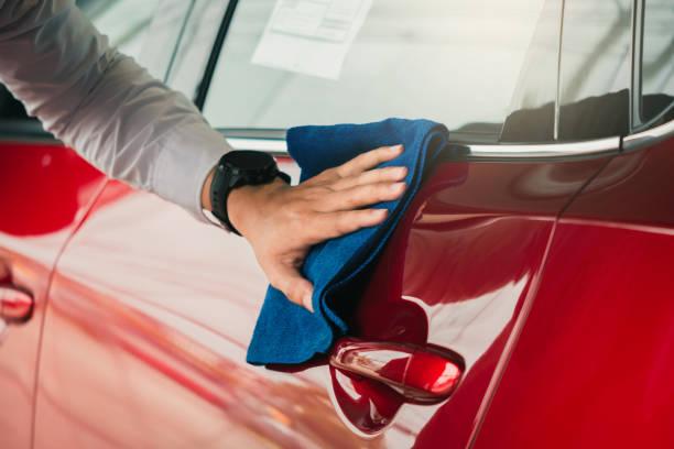 man アジアの検査と清掃機器サービス輸送の自動車ショールームで顧客に品質を洗浄するための赤い車で洗車自動車輸送車のイメージ。 - 光沢 ストックフォトと画像