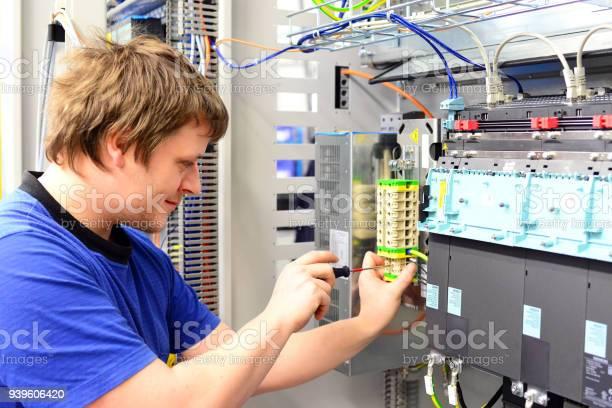 Mann Baut Elektronische Komponenten Auf Einem Computer In Einer Fabrik Für Maschinenbau Stockfoto und mehr Bilder von Elektronik-Industrie