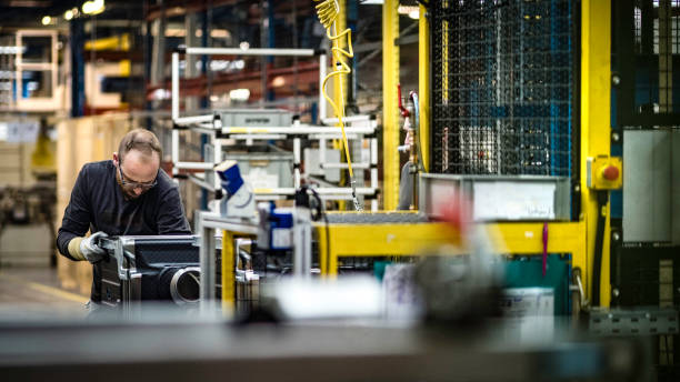 Der Mensch montiert eine Waschmaschine in einer Fabrik – Foto