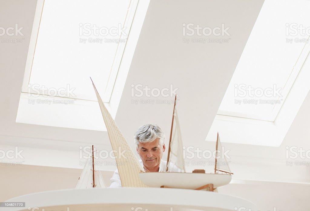 Homem montar modelo de barco a vela - foto de acervo