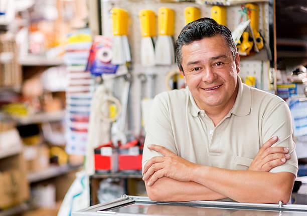 uomo in un negozio di hardware - bancarella foto e immagini stock