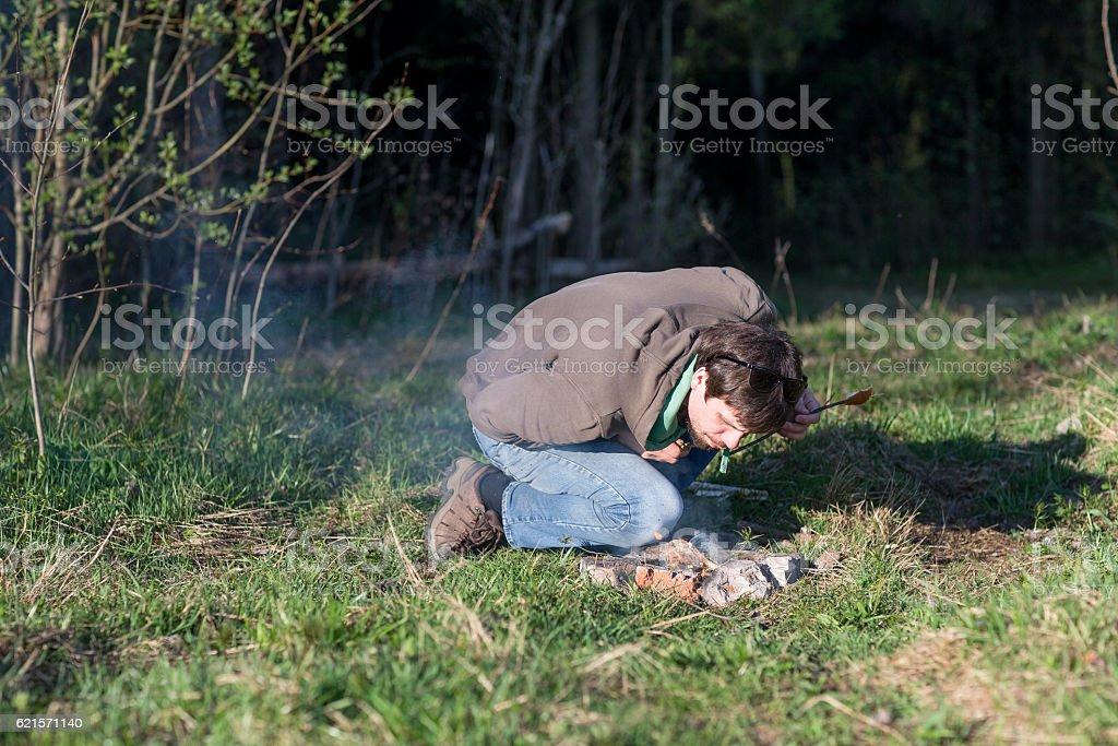 man at a picnic by the bonfire photo libre de droits