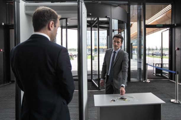 Mann am Flughafen Sicherheitsschleusen – Foto
