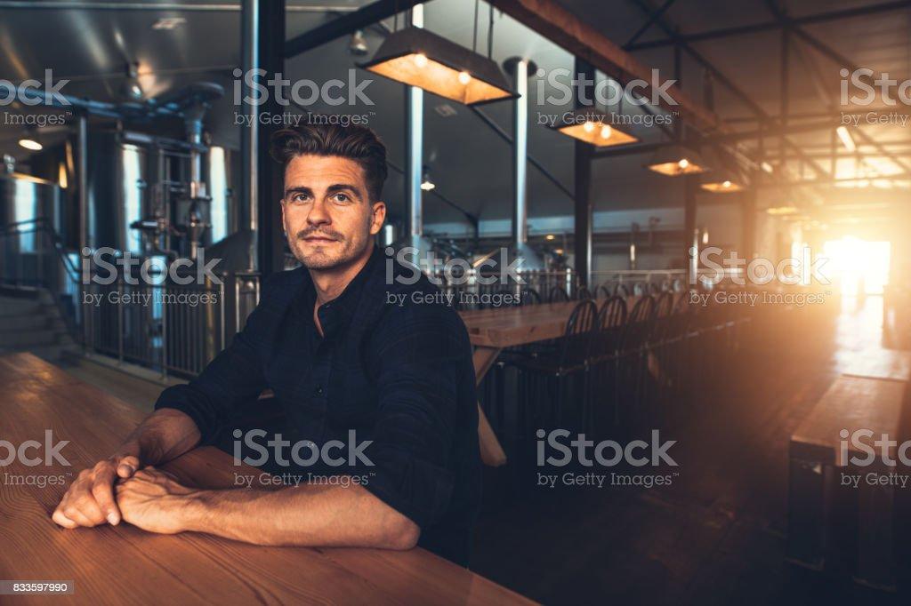 Man at beer tasting room - foto stock