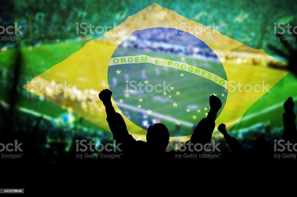 Homem em um jogo de futebol, bandeira do Brasil fundo - foto de acervo