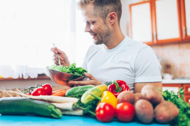 Ein Mann zu Hause auf einer Diät – Foto