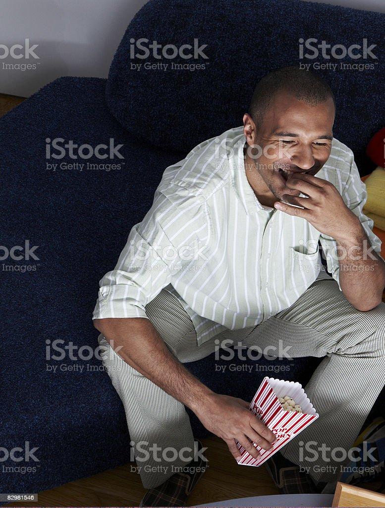 Uomo a casa guardare la televisione foto stock royalty-free