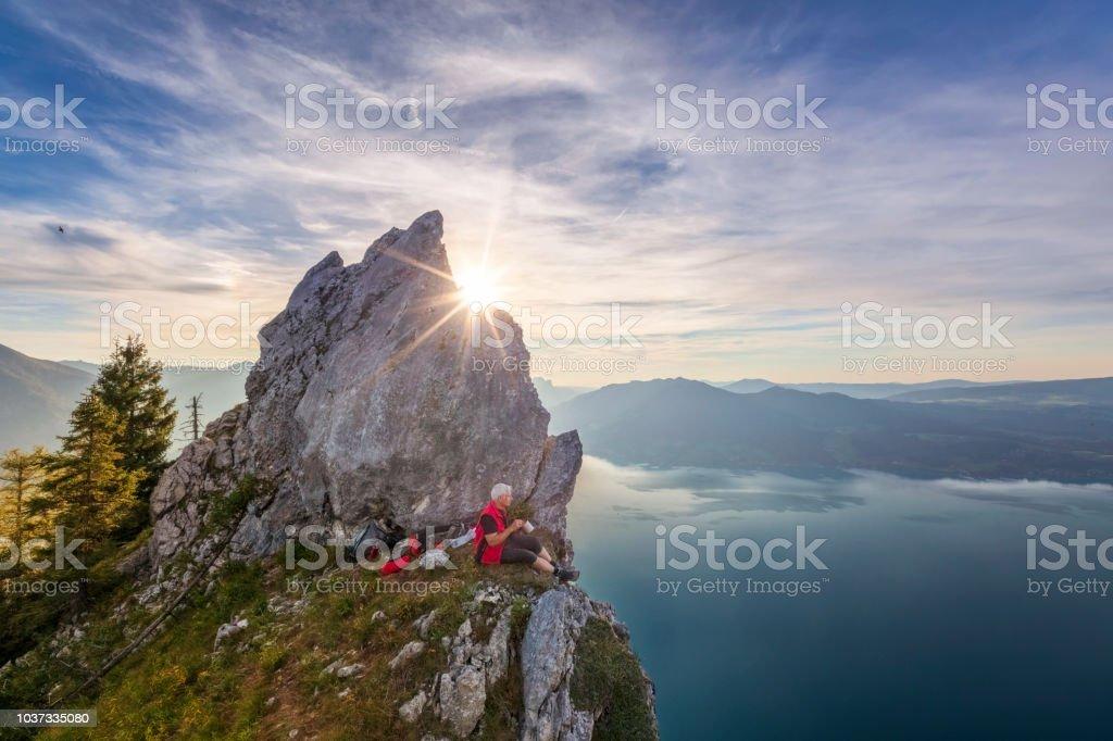 Mann am Kochen im Freien mit Blick auf den Attersee von Schober - Sonnenuntergang am Mount Schoberstein, Alpen – Foto