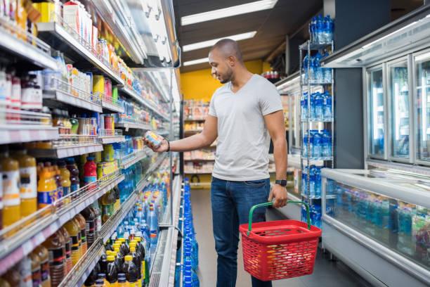 man bij supermarkt - ingrediënt stockfoto's en -beelden