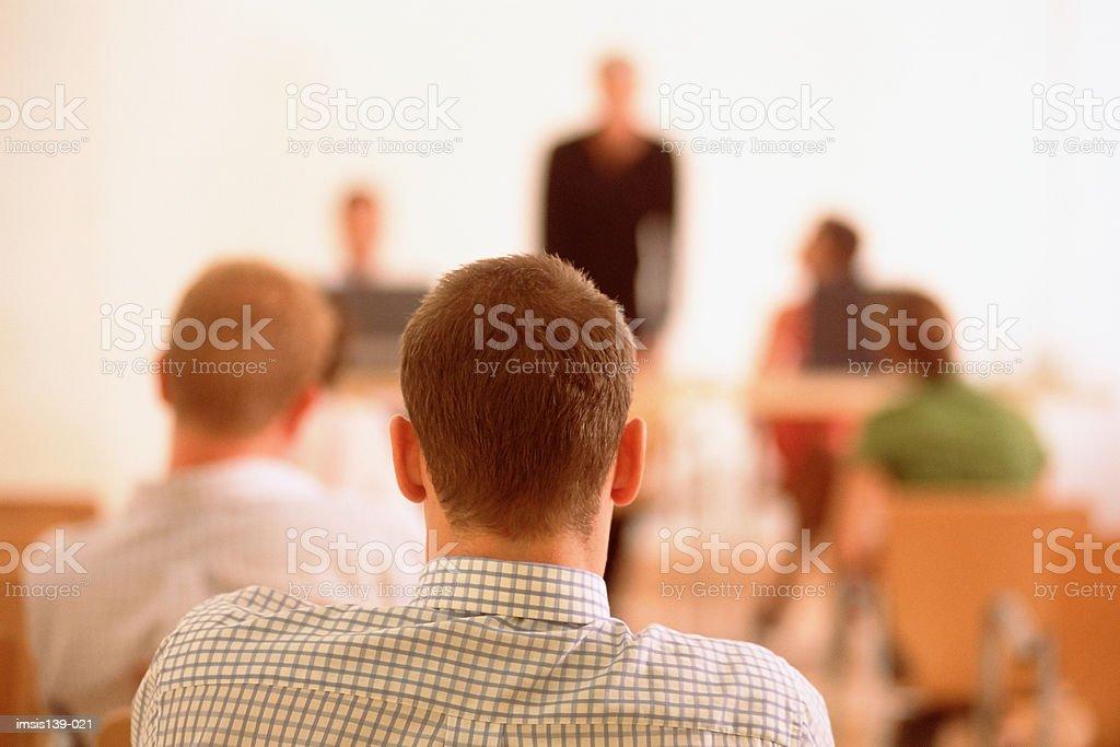 Homem com as costas de Escuta Стоковые фото Стоковая фотография