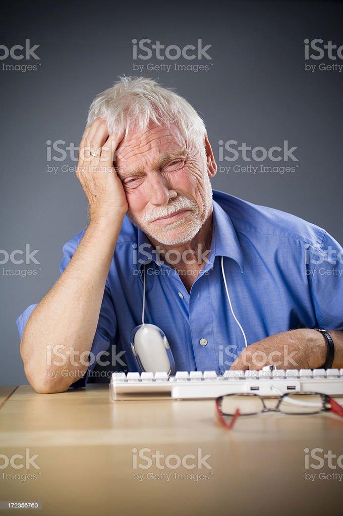 Hombre en el ordenador foto de stock libre de derechos