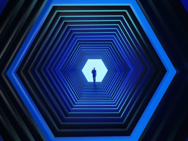 Mann am Ende des sechseckigen Tunnels – Foto