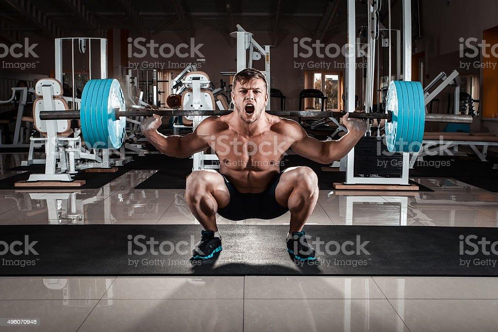 Homem na academia de ginástica - foto de acervo