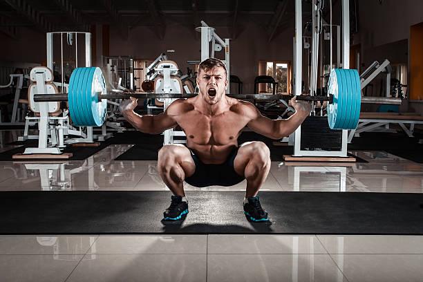 Mann im Fitnessstudio – Foto