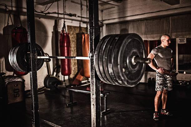 mann im fitnessstudio - militärisches training stock-fotos und bilder