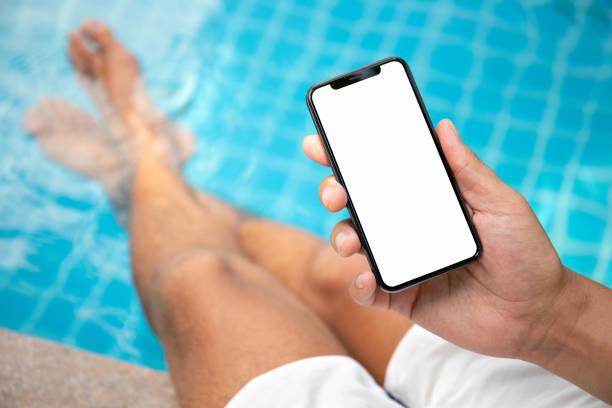 Mann am Telefon mit einem isolierten Bildschirm halten pool – Foto