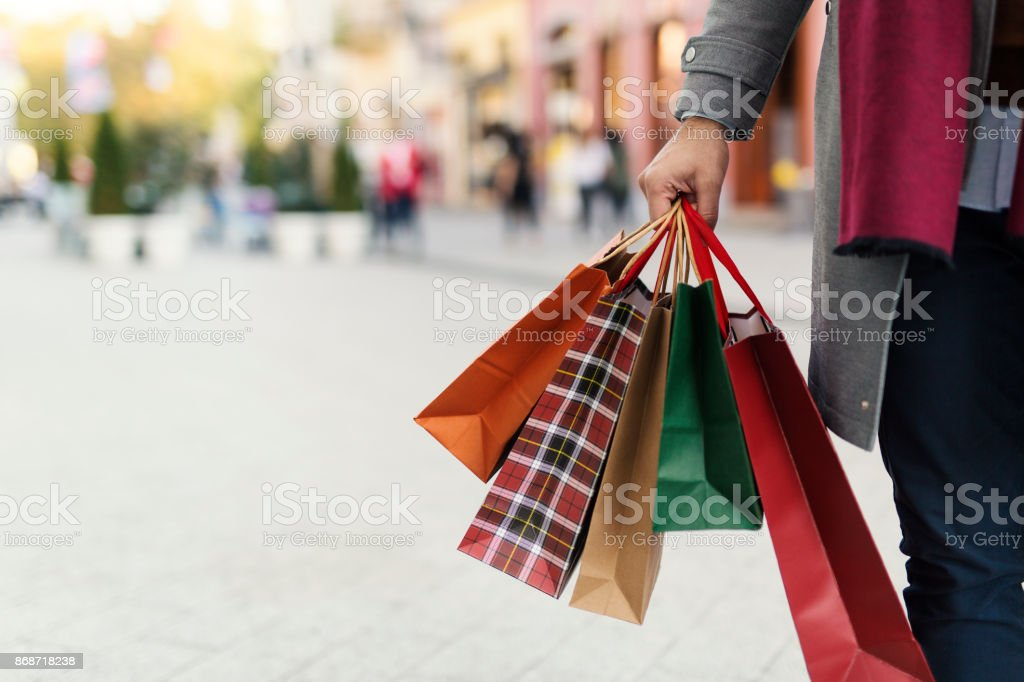 Mannen i köpcentrum bildbanksfoto