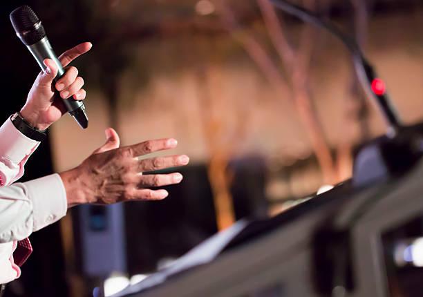 Mann auf der Bühne Rede – Foto