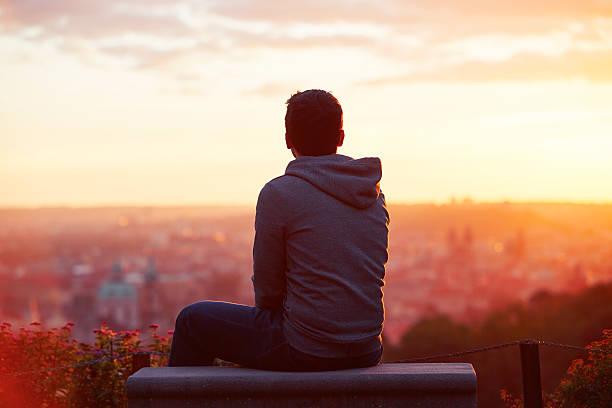 mann im sonnenaufgang - gegenlicht stock-fotos und bilder