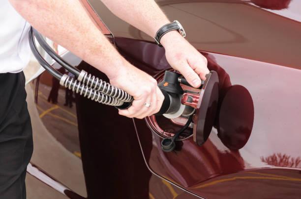 Mann befestigt Düse an Auto beim Betanken eines wasserstoffbetriebenen Fahrzeugs – Foto