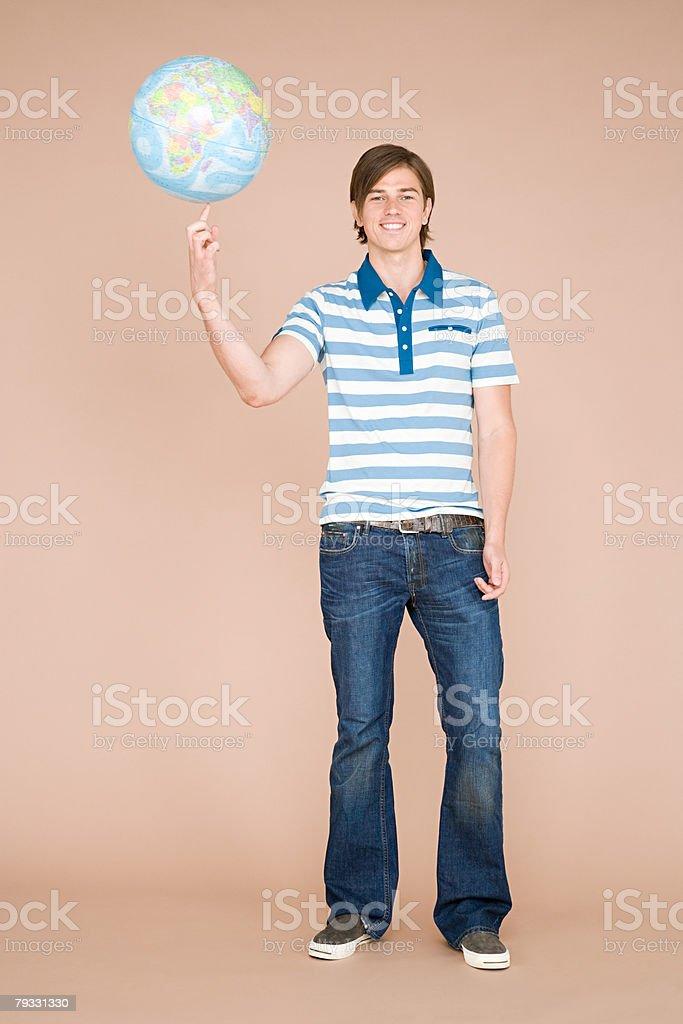Um homem equilibrar um globo com o Dedo foto de stock royalty-free