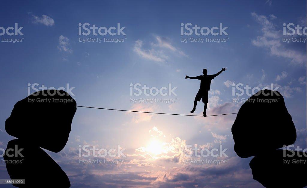 Hombre equilibrio en la cuerda - foto de stock