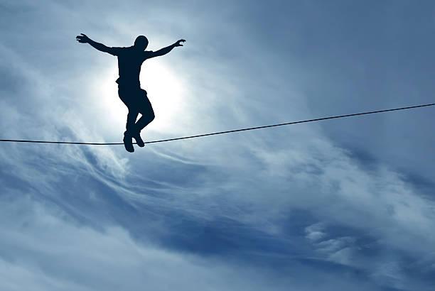 mann balancing auf das seil - slackline stock-fotos und bilder