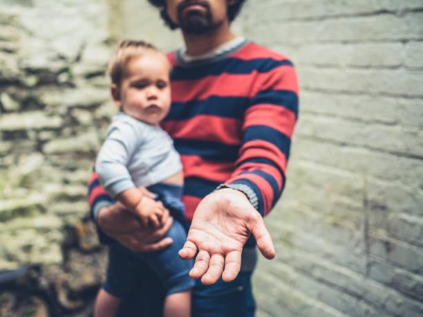 hombre de mendicidad con el bebé fuera - enfermedades de los pies fotografías e imágenes de stock