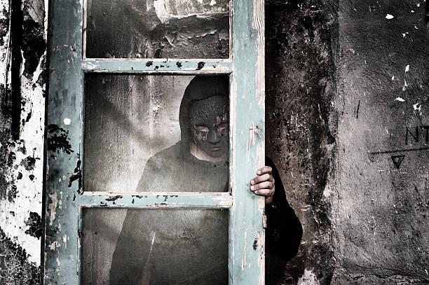 Schmutzige Mann hinter Glas – Foto