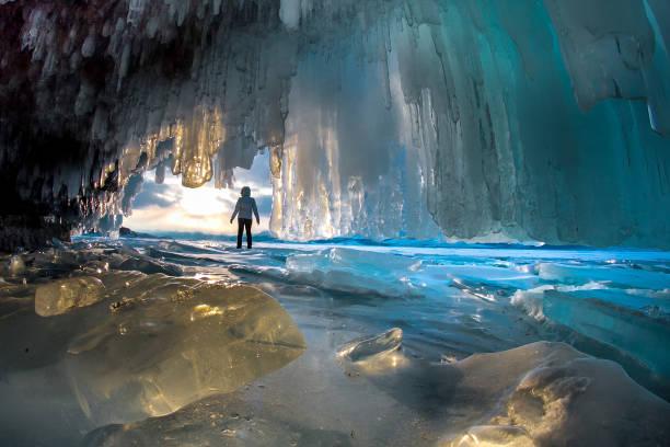 Der Mensch zwischen den Eisfelsen auf dem Baikalsee an einem klaren Tag – Foto
