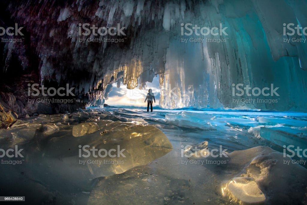 맑은 날에 바이칼 호수에 얼음 바위 사이 남자 - 로열티 프리 겨울 스톡 사진