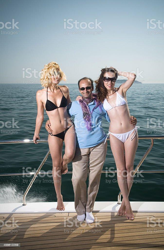 На яхте две девушки