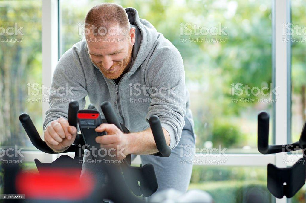 man spinning bicicleta durante entrenamiento - foto de stock