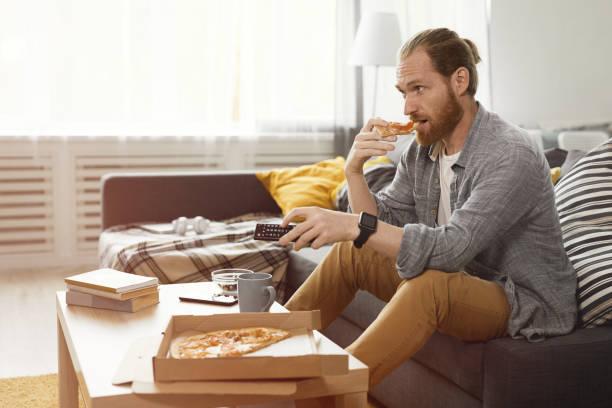 男人賓格 看電視 - 不健康飲食 個照片及圖片檔