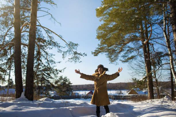 man atmet frischen luft im winter - lammfellstiefel stock-fotos und bilder