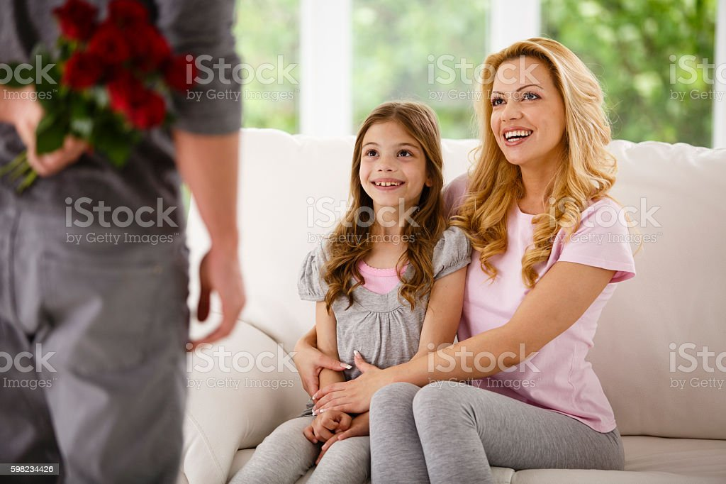 Man bringing flowers for family foto royalty-free