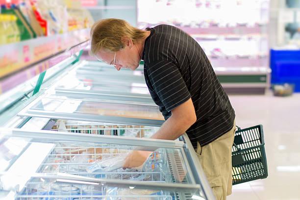 Mann frozen Fisch kaufen – Foto