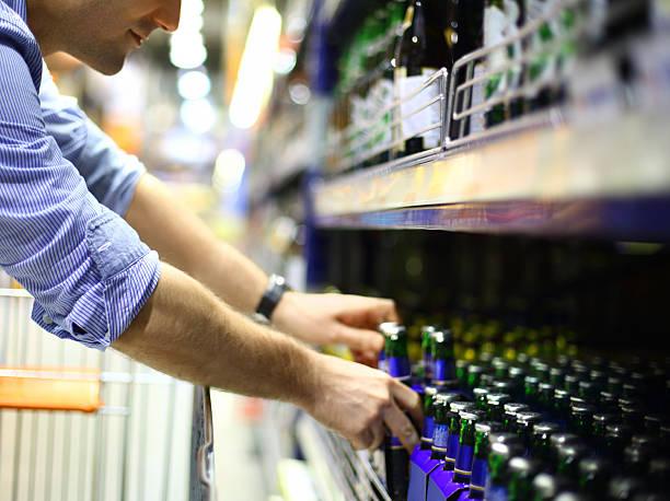 homme acheter de la bière. - pack de six photos et images de collection