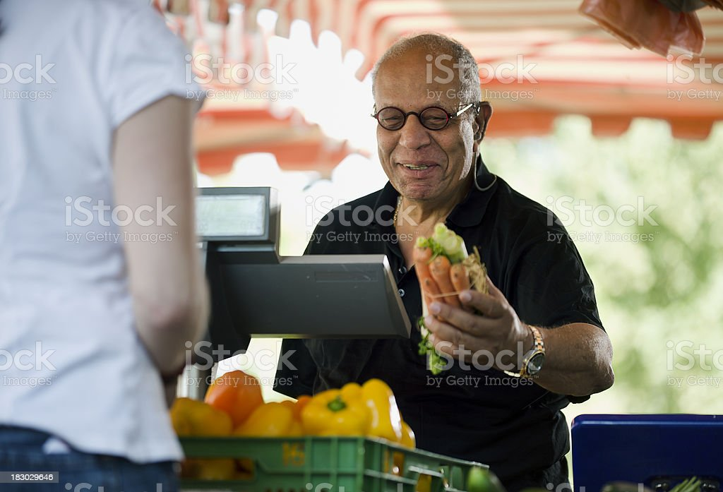 Mann Kauf Karotten bei einem Outdoor-Markt – Foto
