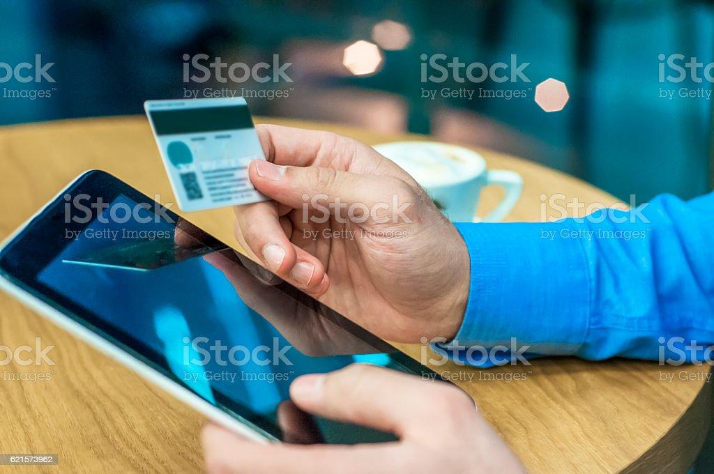 Homme acheter sur internet photo libre de droits