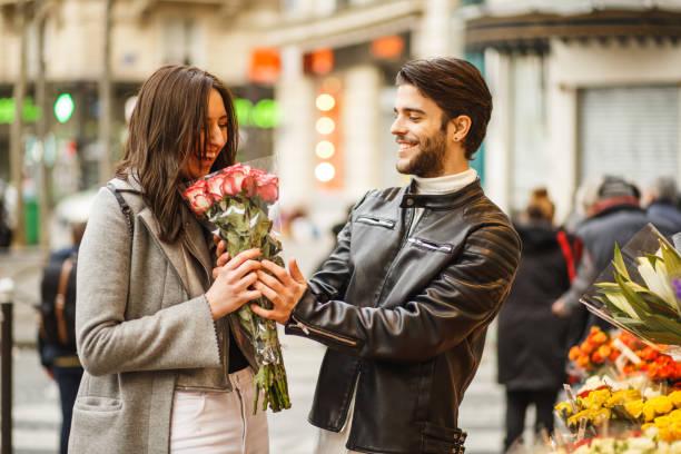 mann kauft blumen für seine liebste - genießen französisch stock-fotos und bilder