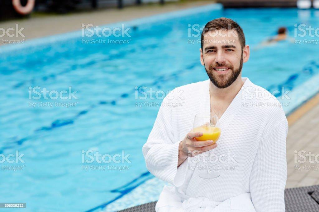 スイミング プールで男 ストックフォト