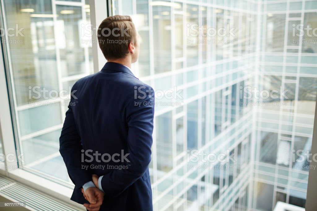 Mann am Fenster – Foto