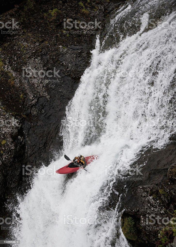 Hombre piragüismo en rocky cascada - foto de stock