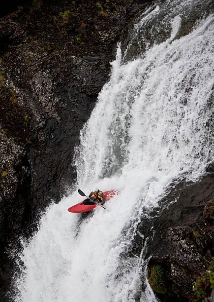 hombre piragüismo en rocky cascada - kayak fotografías e imágenes de stock