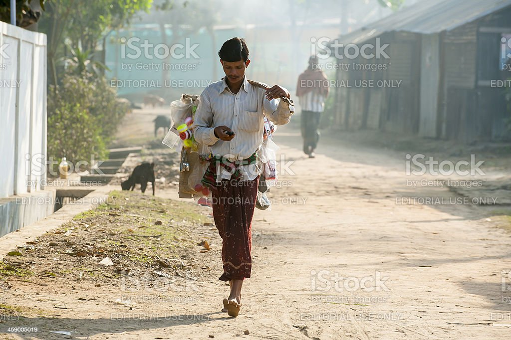 Man carrying his goods walking in small village​​​ foto