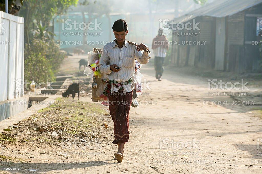 남자 휴대용 그릐 용품들 걷기 작은 마을 스톡 사진